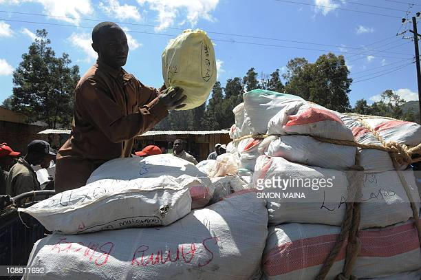 les mirages de la déesse MiraaPhoto taken on January 24 shows Khat trader in Meru some 300 kilometres north of Nairobi packing the commodity into a...