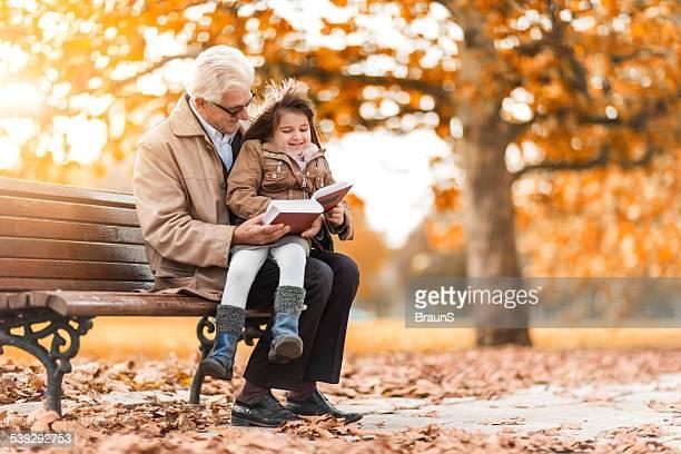 Geschichtenerzählen im Herbst Tag im park.