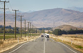 Fata Morgana bzw. Luftspiegelung auf der Straße zwischen Twizel und Omarama. Linksverkehr mit Wohnwägen und Mietautos, typisch Neuseeland. Teleaufnahme mit 400mm, Blende 16. Unschärfe durch Luftverwir