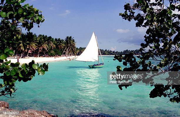 Strand an der HotelAnlage 'Casa de Campo' La Romana Dominikanische Republik Boot Segelboot Fischerboot Karibik Reise