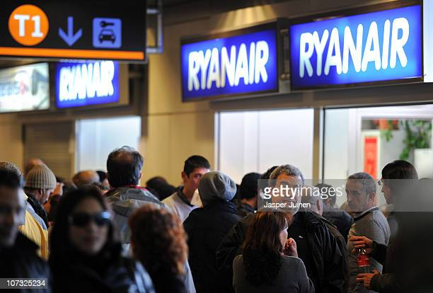 Stranded travellers queue up at the Ryanair desk inside the departure hall at Barajas airport on December 4 2010 in Madrid Spain The Spanish...