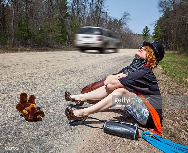 Extraño Hitchhiker Girl no disfrutar de un paseo