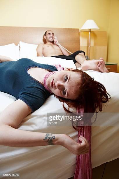 Strangled Hombre Mujer en la cama en el teléfono
