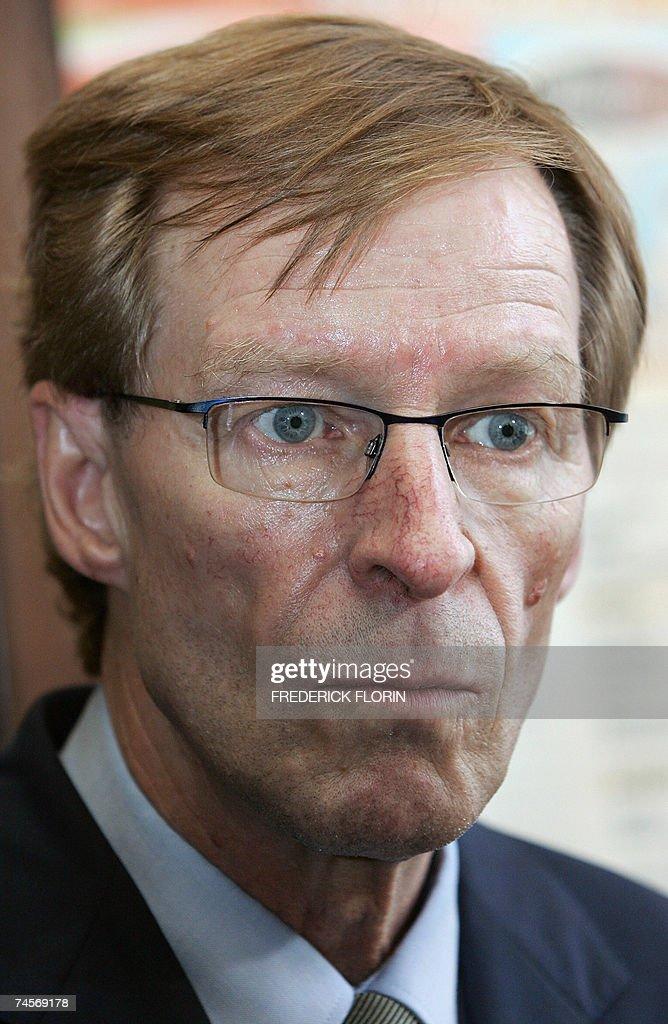 Armand Jung, candidat socialiste en ballotage dans la 1ere circonscription du Bas Rhin est photographie, le 12 juin 2007 dans un cafe-restaurant de Strasbourg, dans le cadre de la campagne pour le deuxieme tour des elections legislatives. Jung est le seul depute socialiste du Bas-Rhin a s'etre maintenu pour le second tour du 17 juin prochain.
