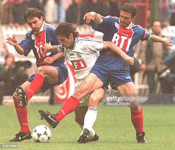 Strasbourg's Alexander Mostovoi tries to keep the ball away from Paris' Patrick Colleter and Alain Roche 13 May at Parc des Princes stadium in Paris...