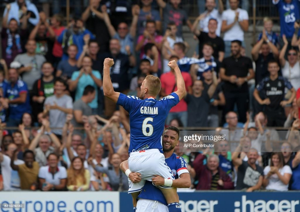 Strasbourg's French midfielder Jeremy Grimm (C) celebrates his goal with teammate French midfielder Anthony Goncalves during the French L1 football match between Strasbourg (RCSA) and Lille (LOSC) at The Meinau Stadium in Strasbourg, eastern France on August 13, 2017. /