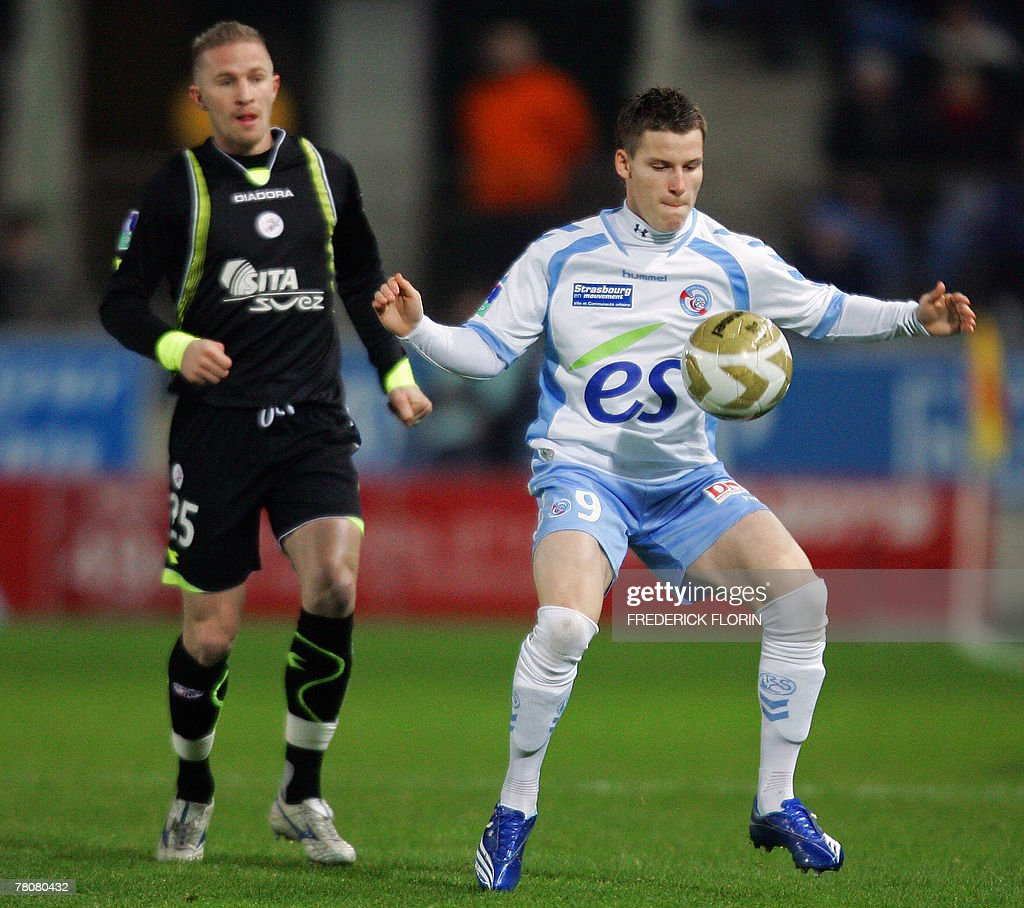 Strasbourg s Kevin Gameiro R vies with