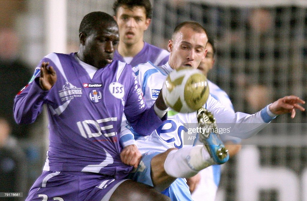 Strasbourg's midfielder Renaud Cohade (R) vies with Toulouse's midfielder Moussa Sissoko (L) during their French L1 football match, 23 January 2008 at the Meinau stadium in Strasbourg.