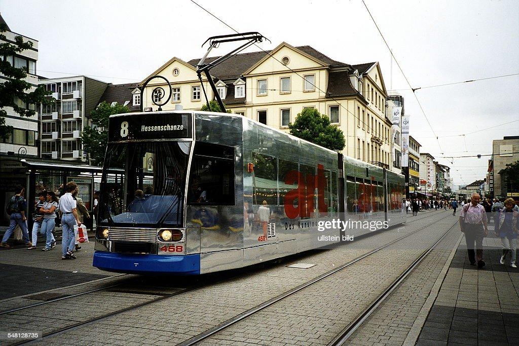 Strassenbahn mit Werbung für 'art Das Kunstmagazin' in der Königsstrasse in Kassel 1997