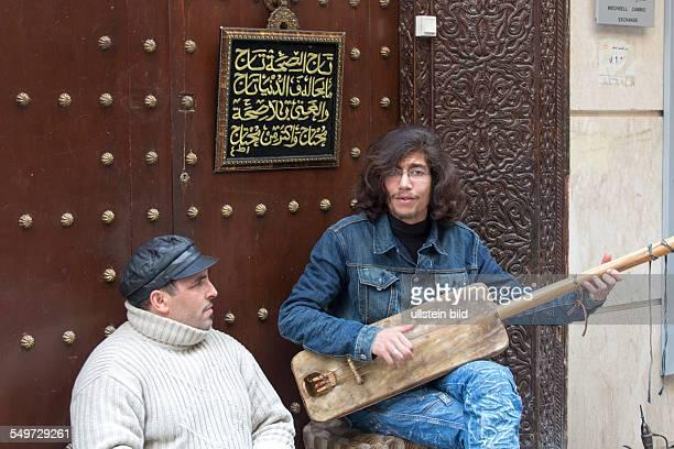Strassenmusiker spielen traditionelle GnaouaMusik in der Altstadt von Fes Marokko