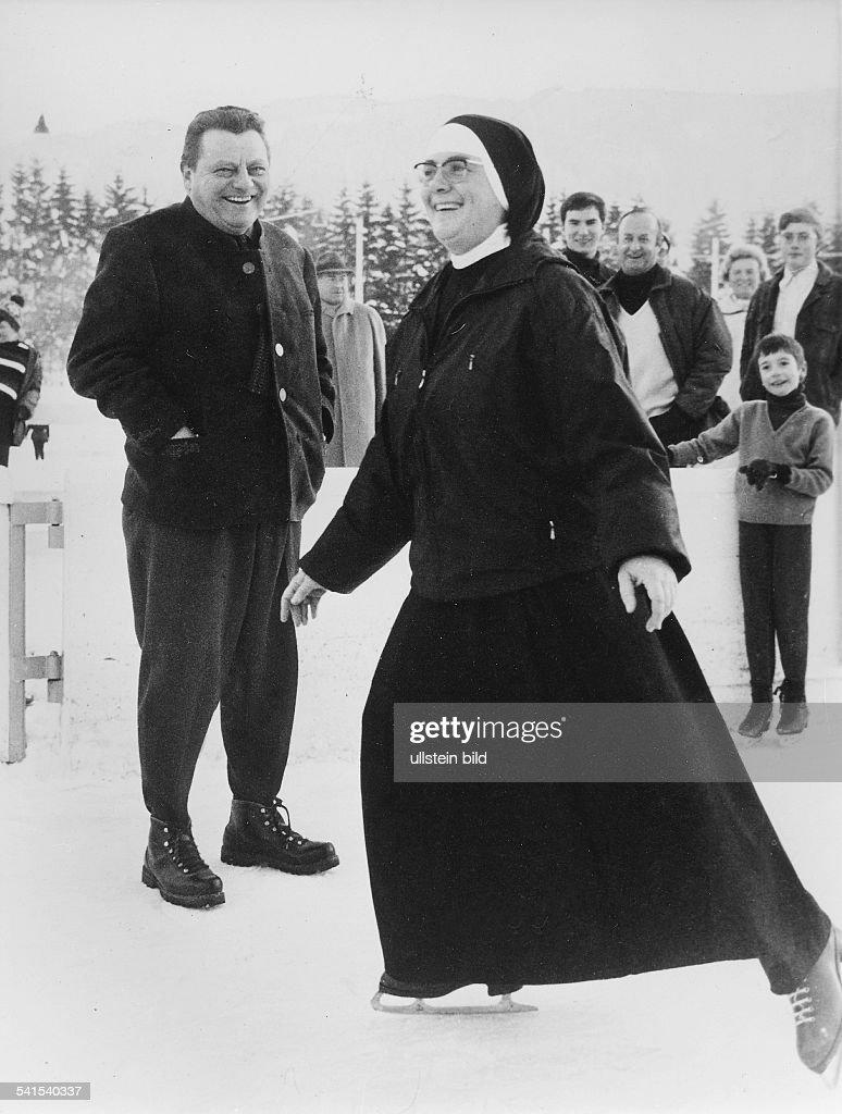 Strauss Franz Josef *Politiker CSU D der CSUVorsitzende als Besucher des Eisstadions in Garmisch vorne eine Nonne auf Schlittschuhen 1968