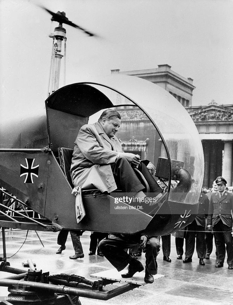 Strauss Franz Josef *Politiker CSU D der Verteidigungsminister im Cockpiteines HubschrauberBodentrainers bei derAusstellung 'Unsere Luftwaffe' in...