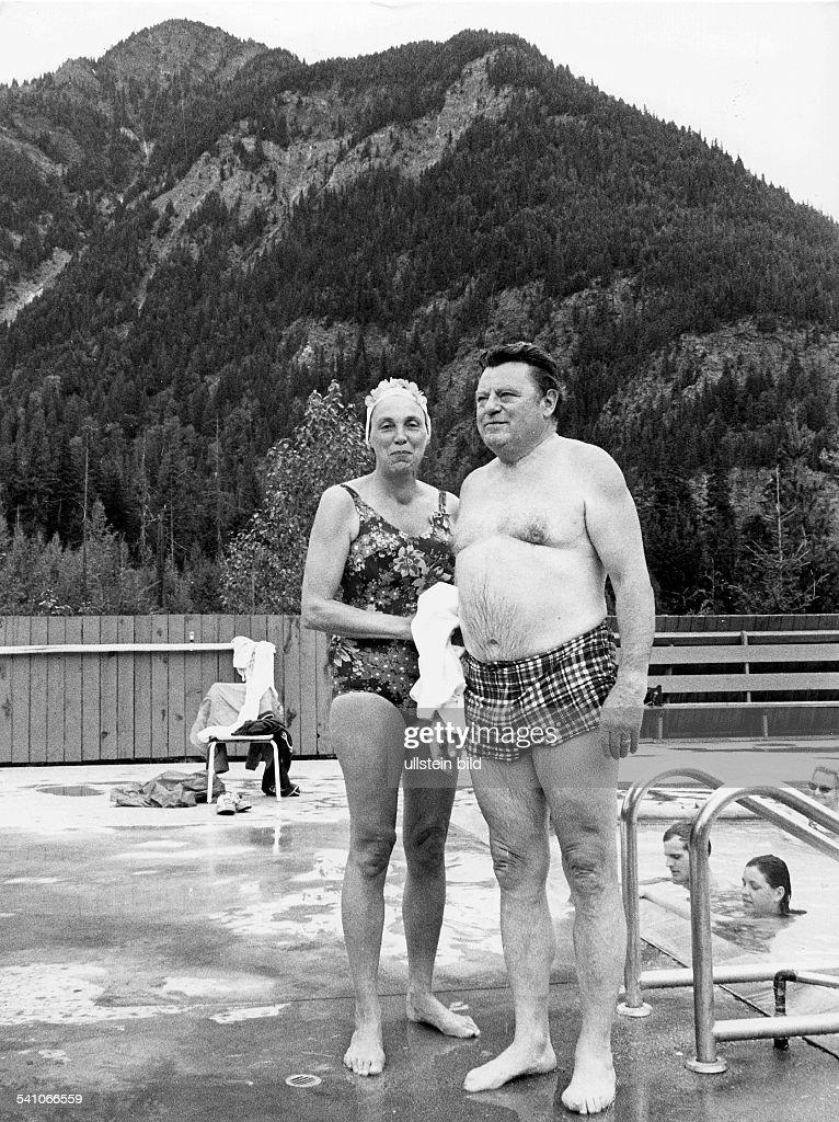 Strauss Franz Josef *Politiker CSU D mit Ehefrau Marianne im Freibad 1977