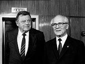 Strauss Franz Josef Politiker CSU D der bayerische Ministerpraesident mit dem Vorsitzenden des Staatsrats der DDR Erich Honecker am Rande der...
