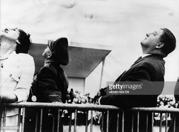 Strauss Franz Josef Politiker CSU D der Verteidigungsminister beobachtet Demonstrationsfluege auf der Luftfahrt schau in Paris 1959