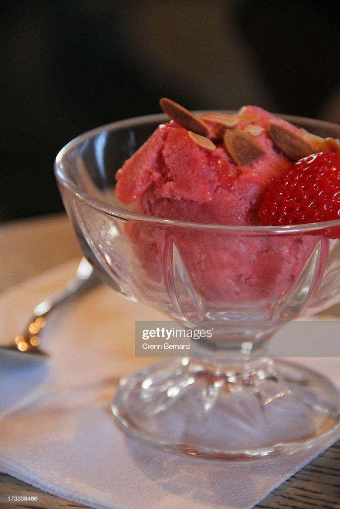 Strawberry ice cream : Stock Photo
