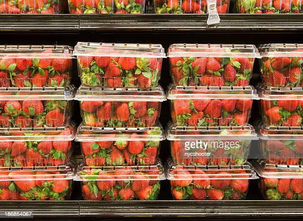Fraises sur un supermarché étagères