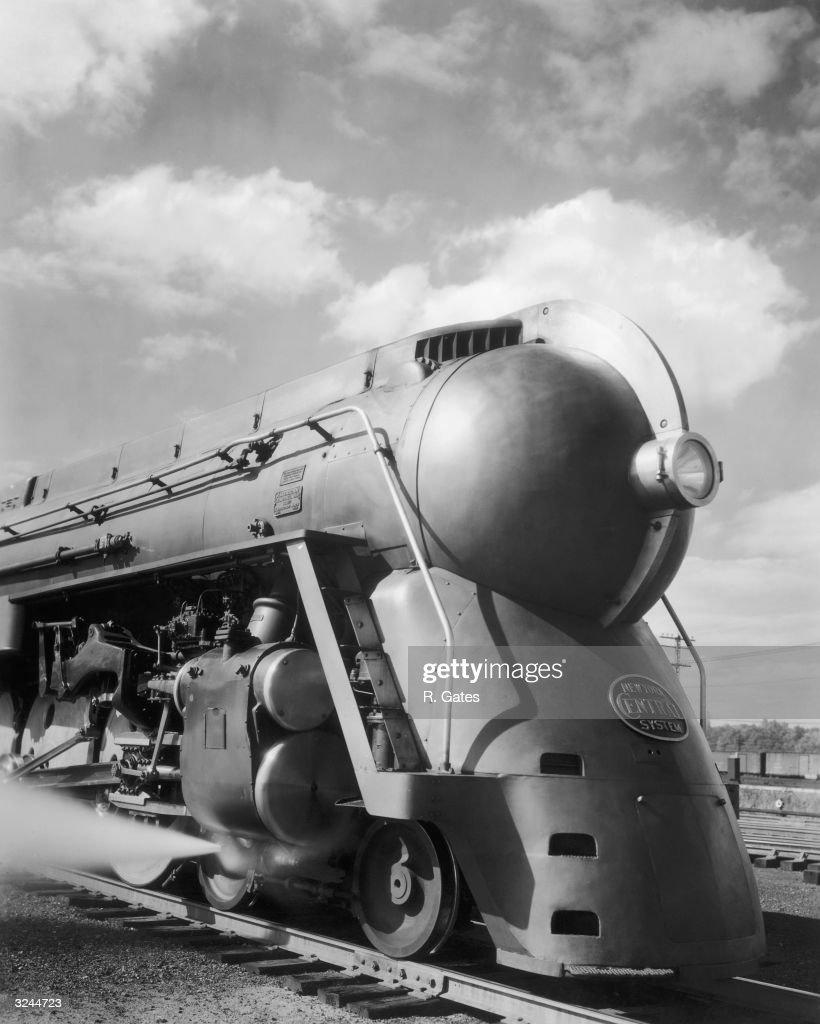 A streamlined 4-6-4 Hudson steam locomotive of the New ... Henry Dreyfuss Train