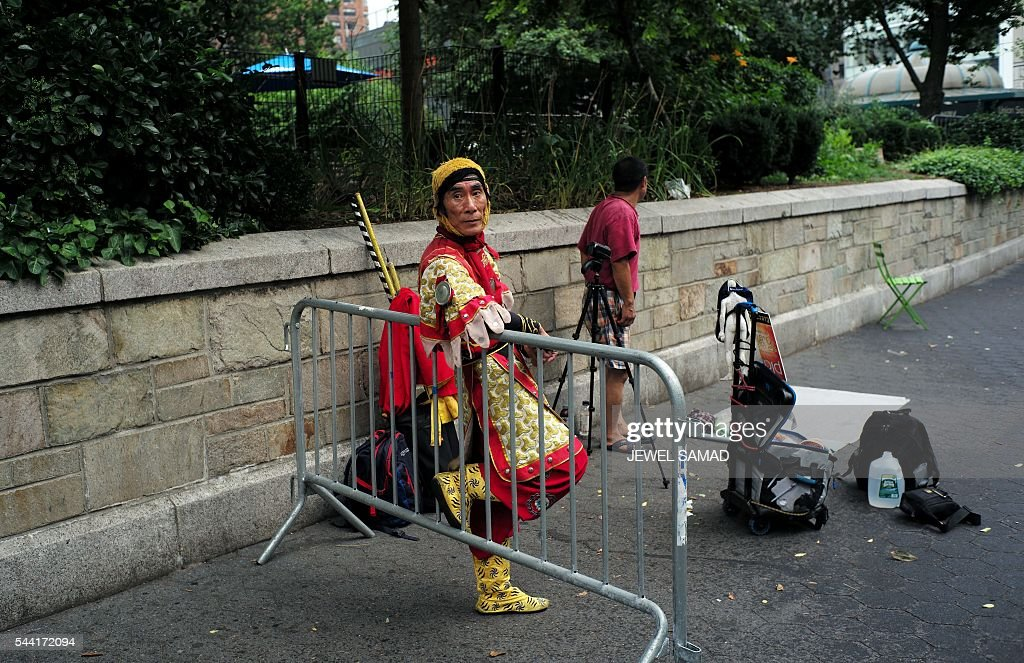 A street entertainer waits for a crowd to gather to start his show at the Union Square in New York on July 1, 2016. / AFP / Jewel SAMAD