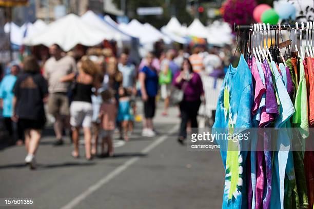 ストリートフェアやフェスティバル、楽しい夏には屋外のカーニバル