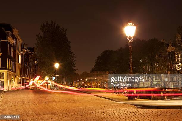 Lampe de rue de nuit avec sentiers de lumière, Amsterdam