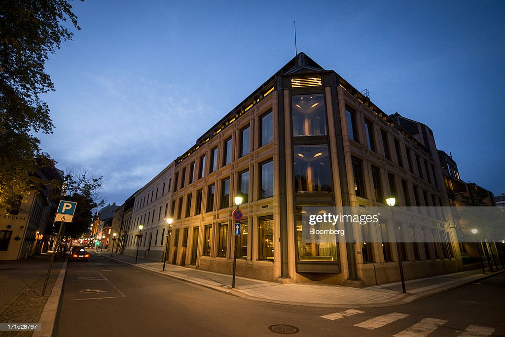 Street lights are seen illuminated at dawn outside the headquarters of Norges Bank, Norway's central bank, in Oslo, Norway, on Wednesday, June 26, 2013. The Norwegian and Swedish currencies added to last week's slump triggered by Norway's central bank unexpectedly lowering its outlook for interest rate. Photographer: Kristian Helgesen/Bloomberg via Getty Images