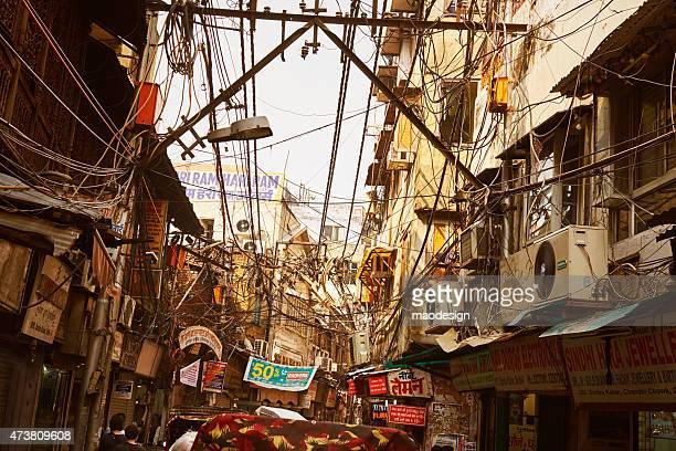 Street Of New Delhi mit Unordentlich elektrischen Kabeln und Werbung