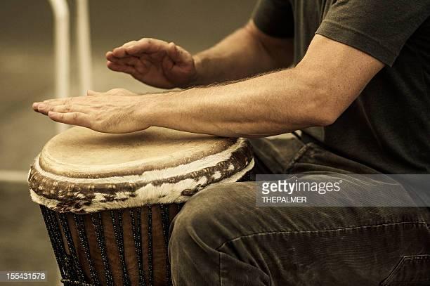 street percussionist africano tocando el tambor