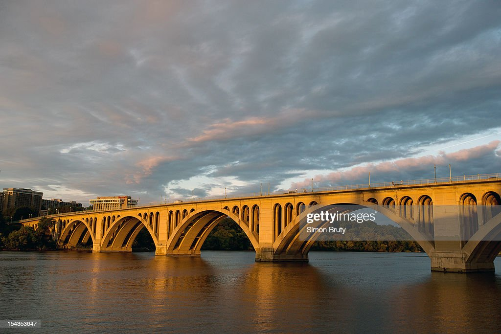 Scenic view of Francis Scott Key Bridge over the Potomac River. Key Bridge connects the District of Columbia with Northern Virginia. Simon Bruty F4 )