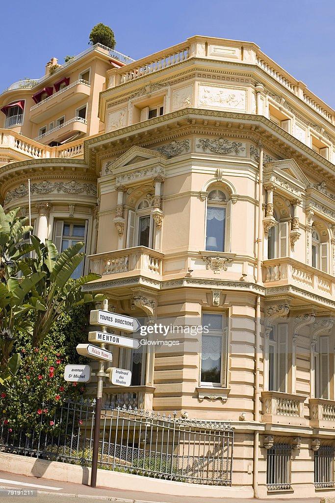 Street sign in front of a building, Monte Carlo, Monaco : Foto de stock