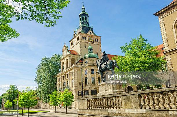Streetview en Luitpold Prinzregent estatua de baviera y el Museo Nacional de Munich