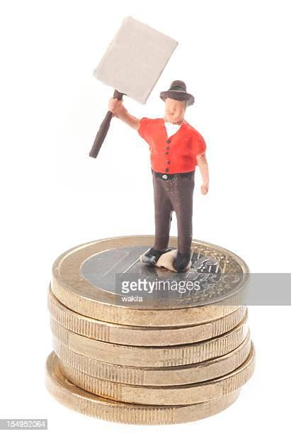 Streikendes Männchen mit Schild auf Euromünzen