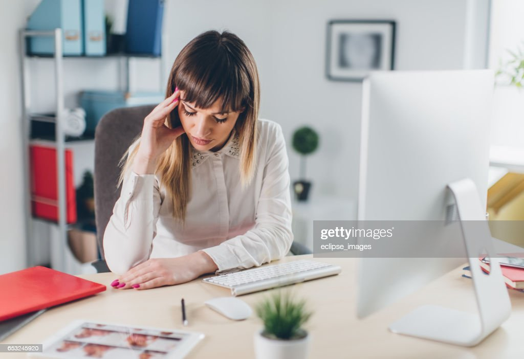 Stressed businesswoman in office : Stock-Foto