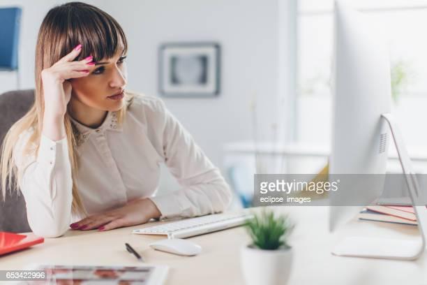 Gestresste Geschäftsfrau im Büro