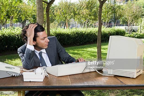 Homme d'affaires stressé à la recherche