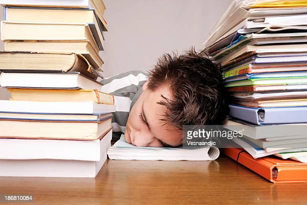 A souligné étudiant avec des livres