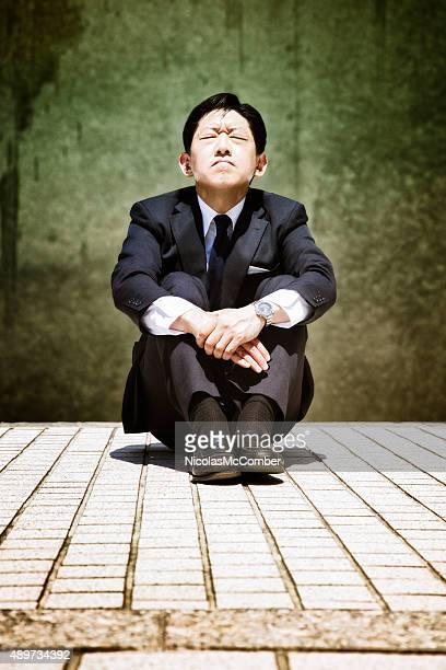 ストレス Japanese buisinessman prays はと目を閉じた