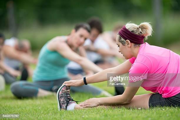 Dehnung zusammen an einem Yoga-Kurs