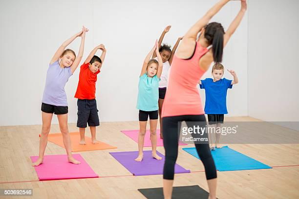 Estiramiento juntos en clase de Yoga