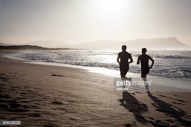 Schreiten Sie am Strand am frühen Morgen
