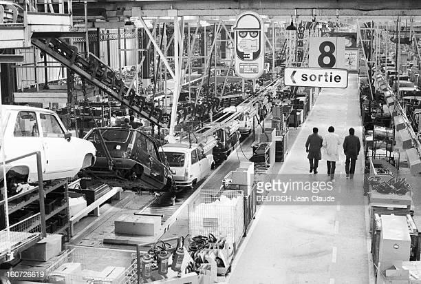 Strike At The Renault Plant In Flins 23 avril 1982 grève à l'usine Renault de Flins une chaîne de montage à l'arrêt pas une voiture ne sortira de...