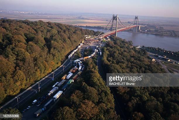Strike Of The Truck Drivers In France En Normandie à l'entrée du pont de Tancarville une longue file de camions stationnés