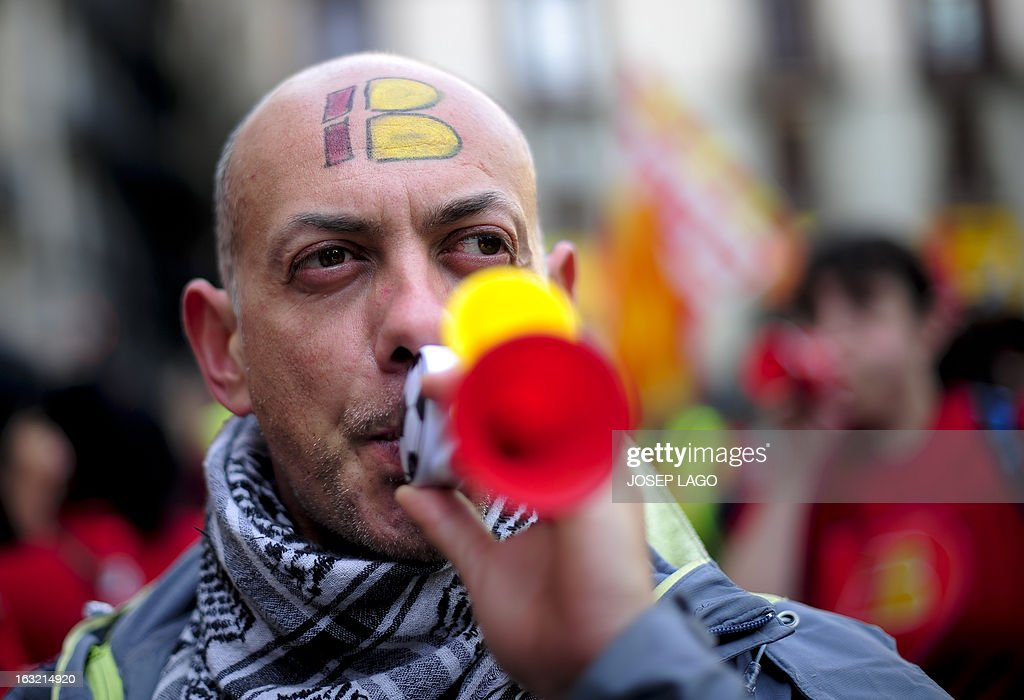 A striker of Spanish airline Iberia blows a trumpet during a demonstration at Barcelona's Sant Jaume square on March 6, 2013 in Barcelona. Workers at Spanish airline Iberia launched a second round of strikes against mass job cuts forcing the cancellation of some 250 flights. AFP PHOTO / JOSEP LAGO