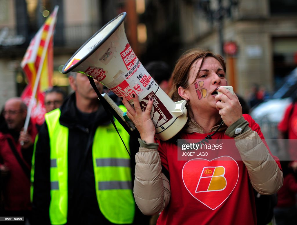Strikers of Spanish airline Iberia demonstrate at Barcelona's Sant Jaume square on March 6, 2013 in Barcelona. Workers at Spanish airline Iberia launched a second round of strikes against mass job cuts forcing the cancellation of some 250 flights. AFP PHOTO / JOSEP LAGO