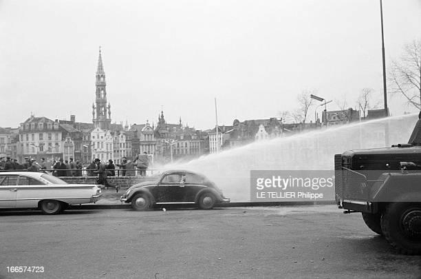 Strikes Against The 'La Loi Unique' In Belgium Bruxelles 4 janvier 1961 A l'occasion des mouvements de grève contre la 'Loi Unique' dans une rue un...