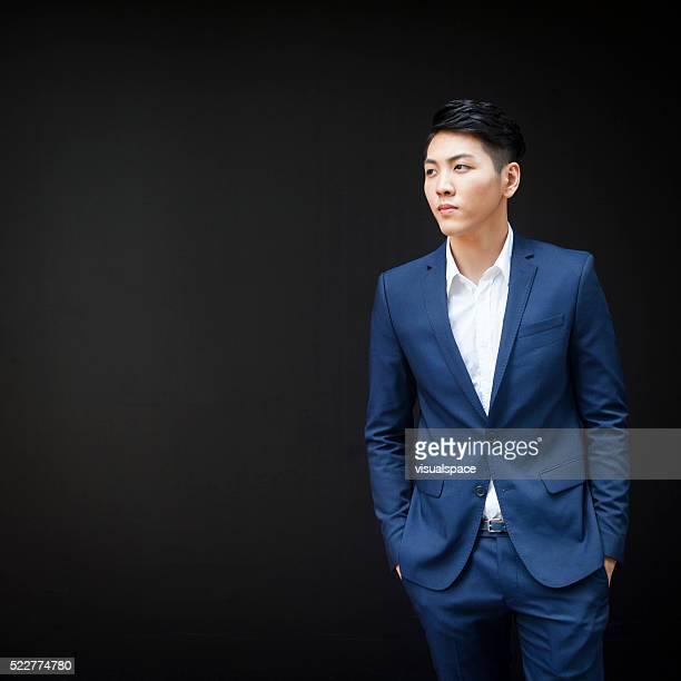 Starke gut aussehende asiatische Geschäftsmann mit tiefem Blick