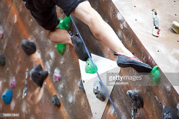 Starke Beine auf Klettersport-Wand