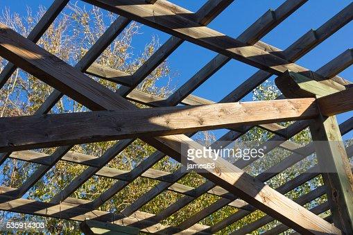 Estrutura de madeira para escalar plantas : Foto de stock