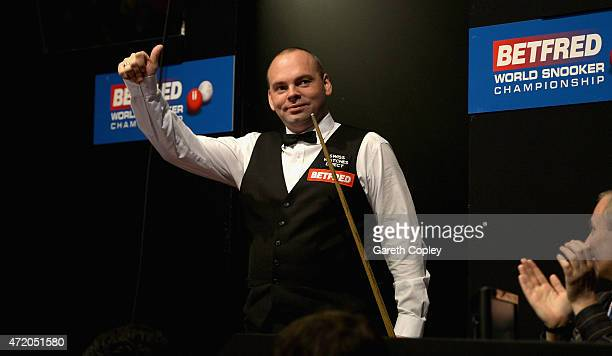 Stuart Bingham waves to the crowd ahead of the final of the 2015 Betfred World Snooker Championship at Crucible Theatre on May 3 2015 in Sheffield...