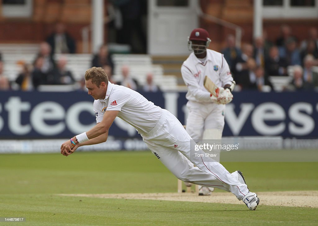 <a gi-track='captionPersonalityLinkClicked' href=/galleries/search?phrase=Stuart+Broad&family=editorial&specificpeople=574360 ng-click='$event.stopPropagation()'>Stuart Broad</a> of England takesthe catch to dismiss KemarRoach of the West Indies during day one of the first Test match between England and West Indies at Lord's Cricket Ground on May 17, 2012 in London, England.